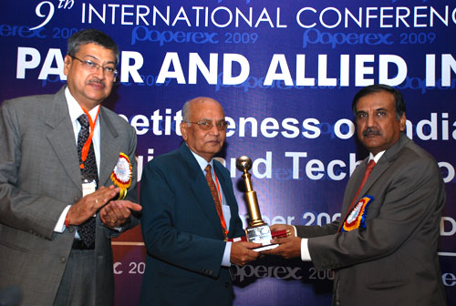 Dr. B L Bihani, receiving  IARPMA Excellent award for his yeoman Service to the Indian Paper Industry from Shri. Vijay Gupta, Secretary, MNRE, Govt. of India in the year 2009.
